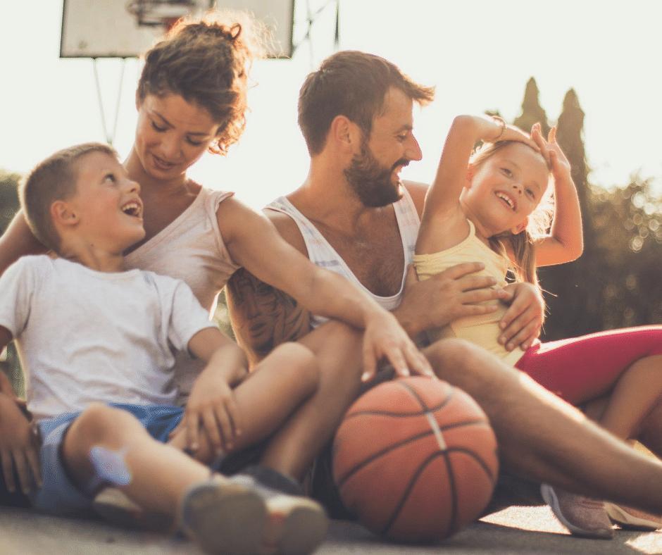parents qui passe un bon moment avec ses enfants