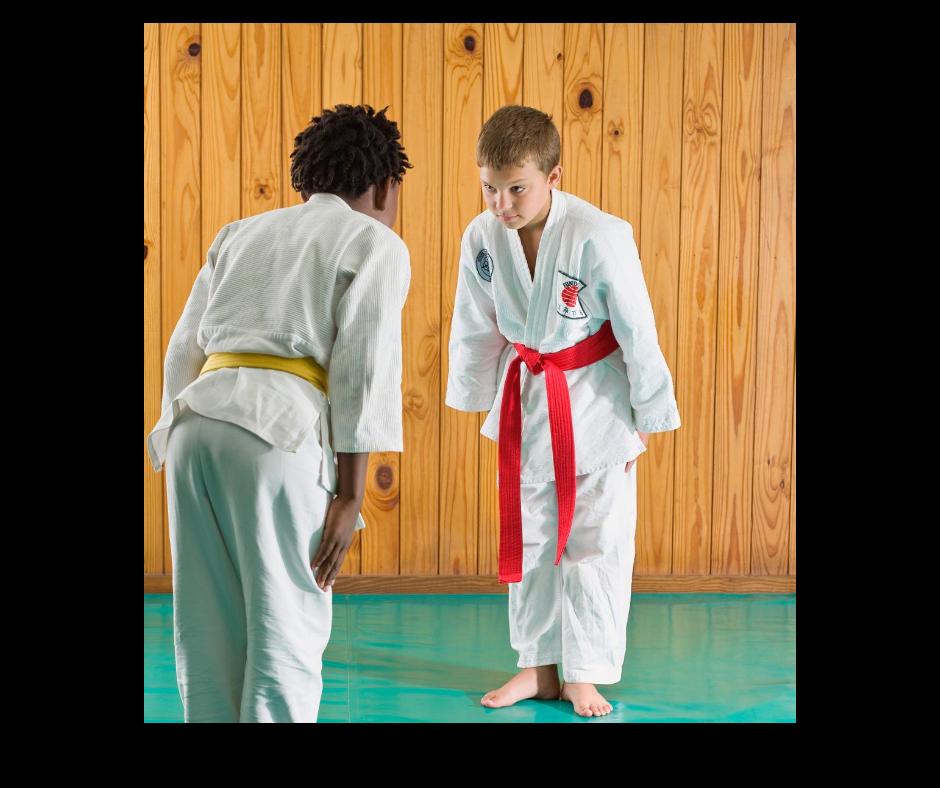 Deux enfant se salut avant un combat