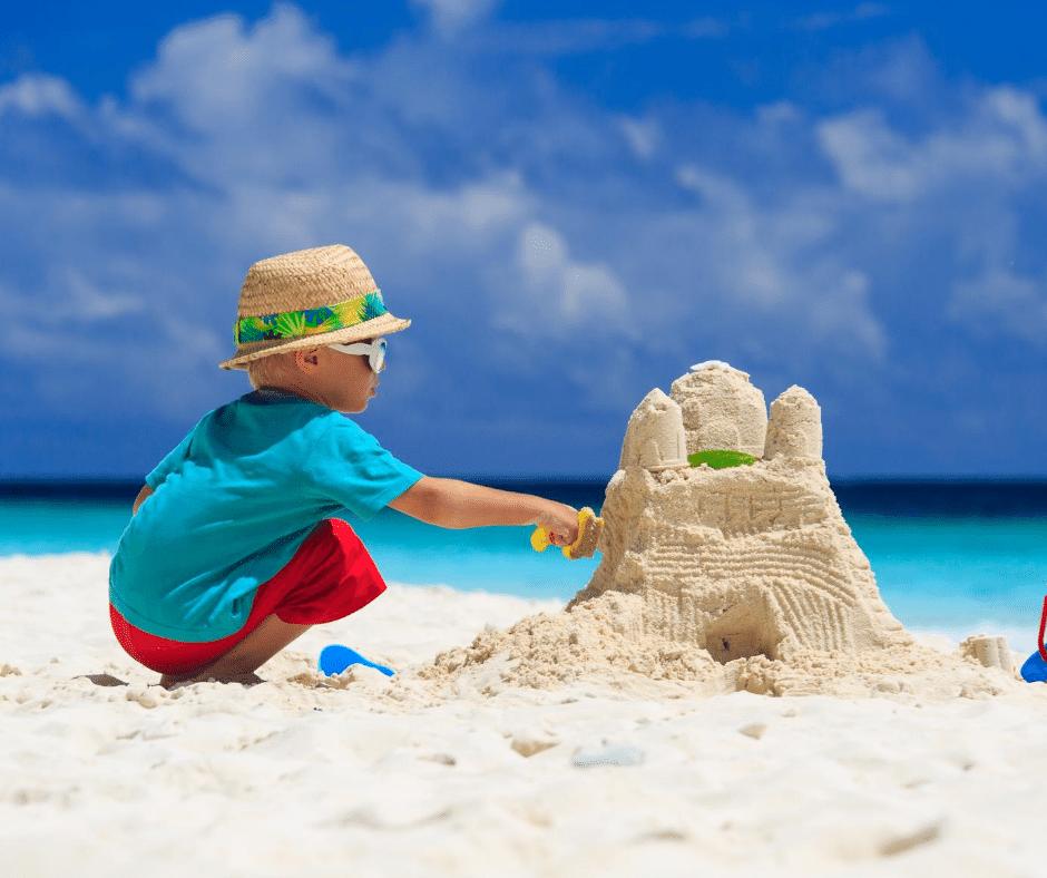 faire un chateau de sable à la plage