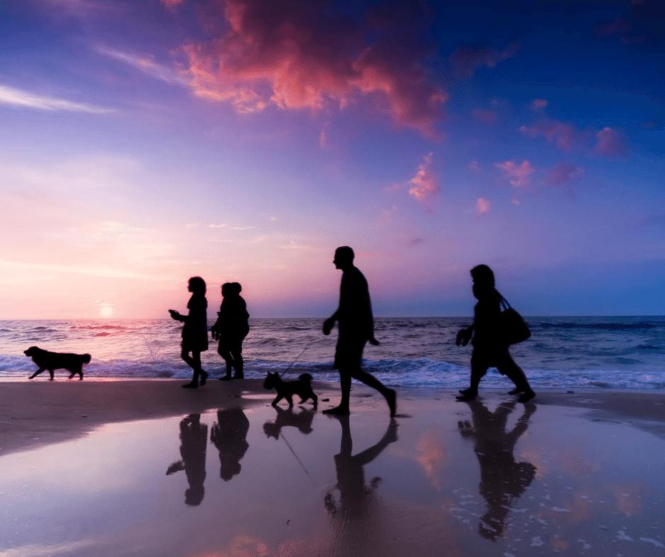 marcher sur la plage en famille