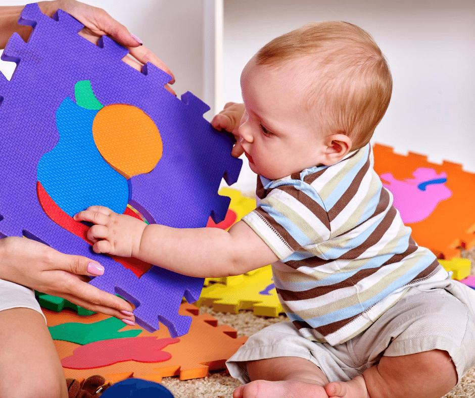 Enfant qui joue avec des formes