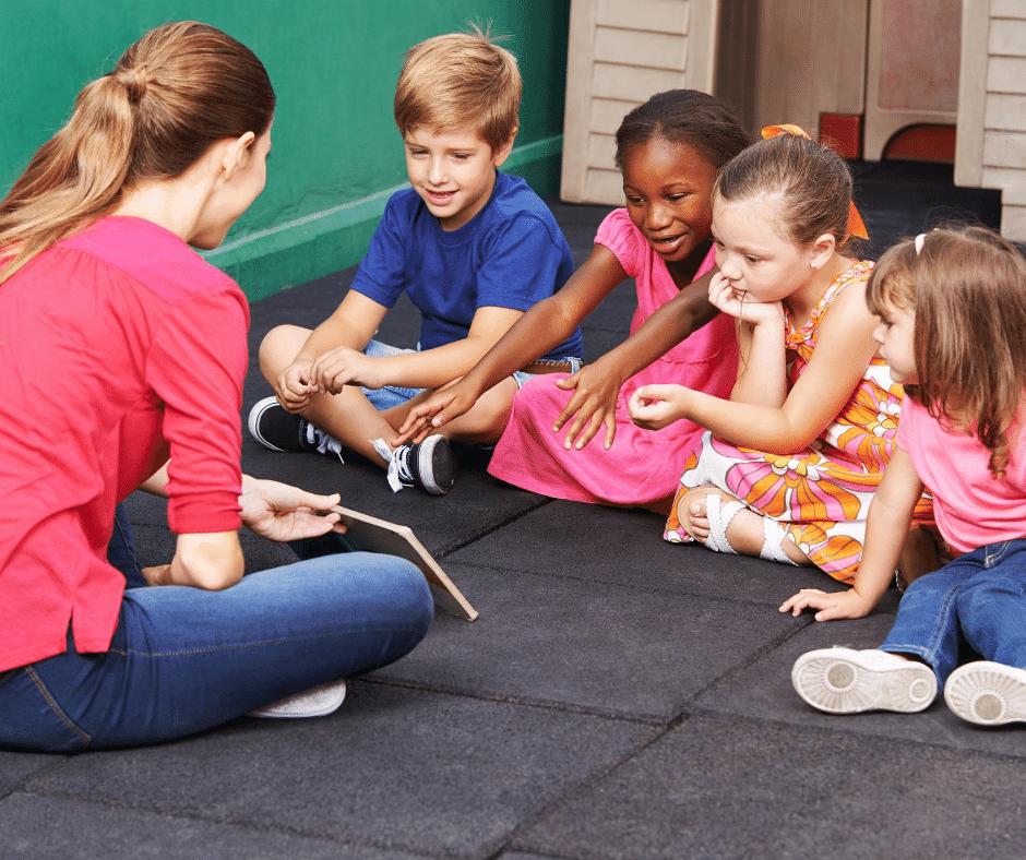 Des enfants apprennent une règles du jeu