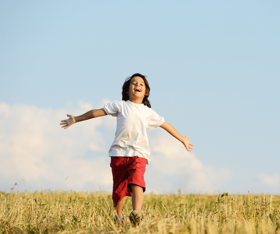 un enfant coure dans un champs